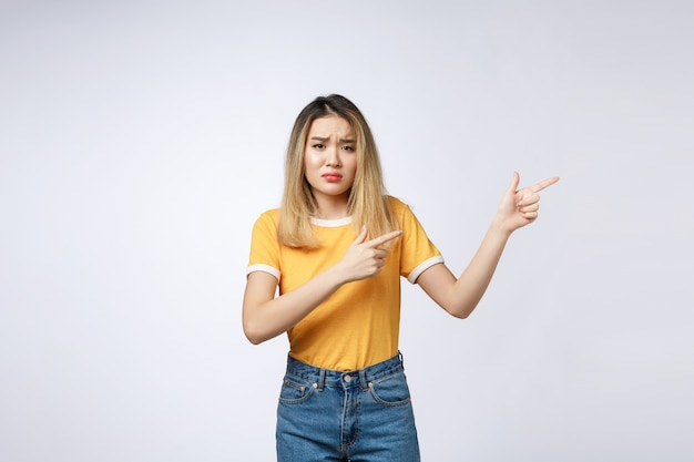 Jeune femme asiatique à la colère et triste en pointant du doigt la caméra