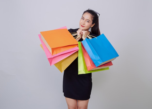Jeune, femme asiatique, à, coloré, sacs provisions