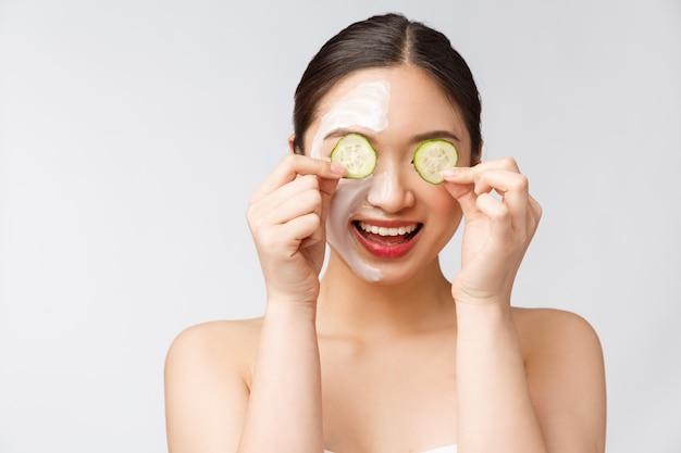 Jeune, femme asiatique, à, concombre, sur, elle, yeux