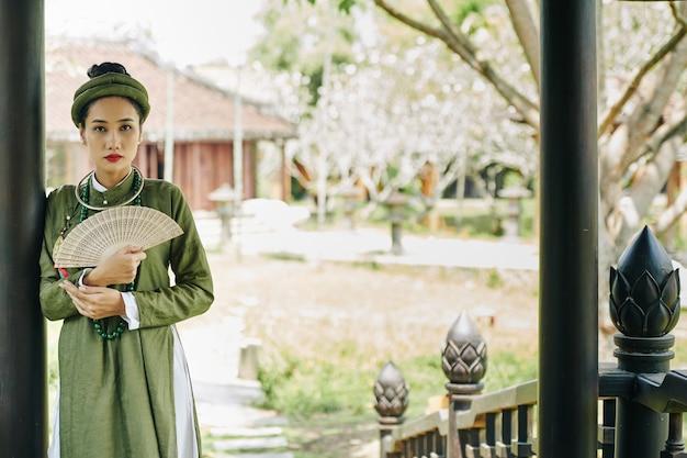 Jeune femme asiatique en costume traditionnel