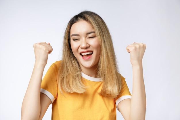 Jeune femme asiatique avec des cris heureux excités surpris