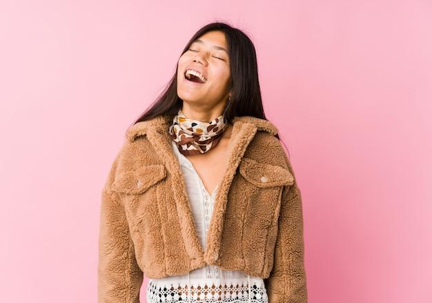Jeune Femme Asiatique Détendue Et Heureuse De Rire, Le Cou Tendu Montrant Les Dents. Photo Premium