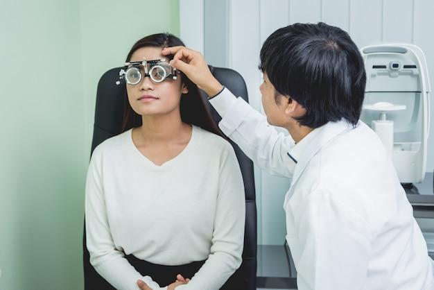 Jeune, femme asiatique, et, docteur, dans, clinique, bureau