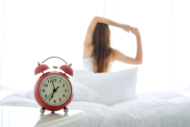 Jeune femme asiatique dormant dans son lit la nuit, elle se repose avec les yeux fermés.