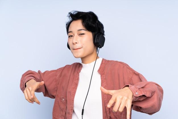 Jeune, femme asiatique, écoute, musique, et, danse