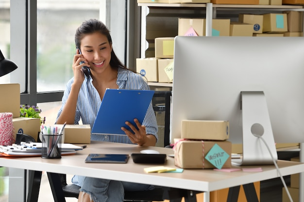 Jeune, femme asiatique, entrepreneur, propriétaire, fonctionnement, ordinateur, maison