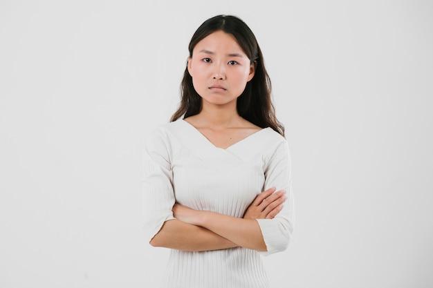 Jeune femme asiatique étant sérieuse