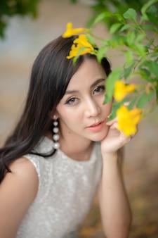 Jeune femme asiatique à l'extérieur dans une forêt