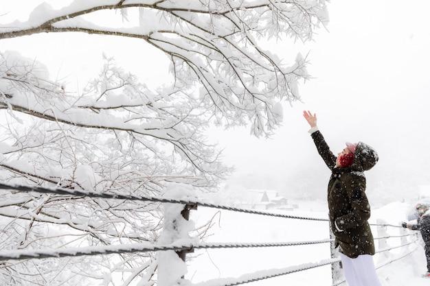 Jeune femme asiatique fille dans la saison des neiges d'hiver