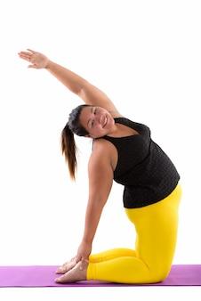 Jeune femme asiatique grasse heureuse souriant tout en faisant de l'exercice