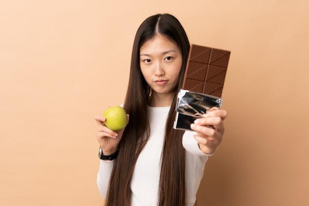 Jeune, femme asiatique, sur, isolé, mur