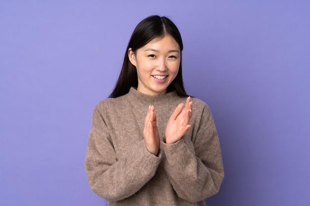 Jeune, femme asiatique, isolé, pourpre, applaudir, après, présentation, conférence