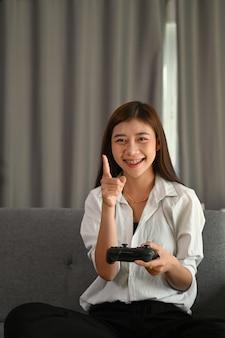 Jeune femme asiatique jouant à des jeux vidéo