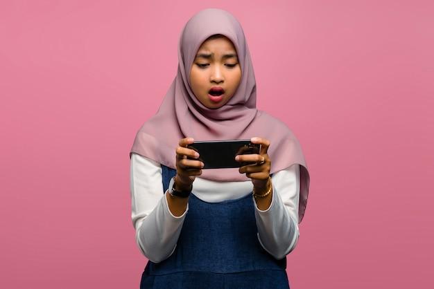 Jeune femme asiatique jouer au jeu vidéo et avoir l'air malheureux