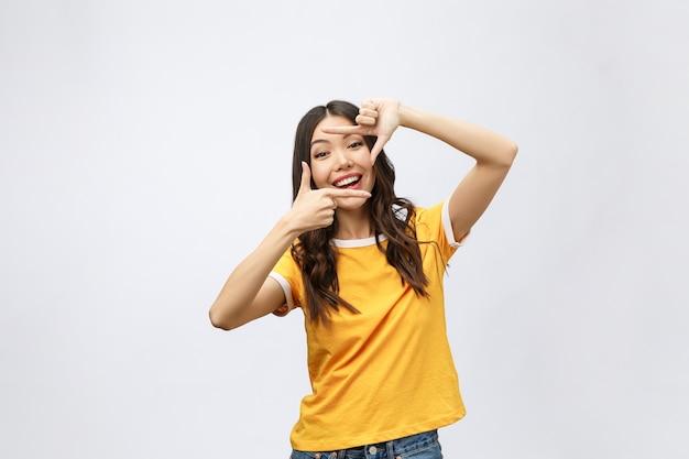 Jeune femme asiatique mains faisant le geste du cadre