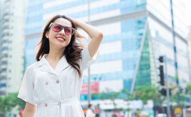 Jeune femme asiatique marchant dans la rue