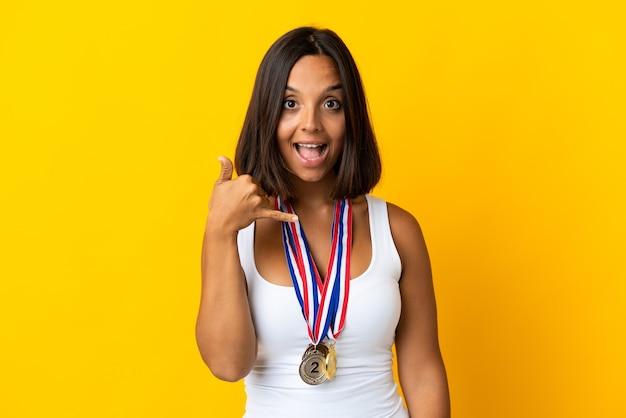 Jeune femme asiatique avec des médailles isolées