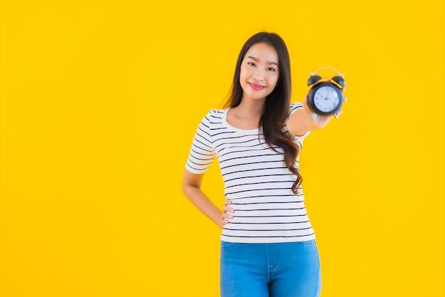 Jeune femme asiatique, montrer, horloge, ou, alarme