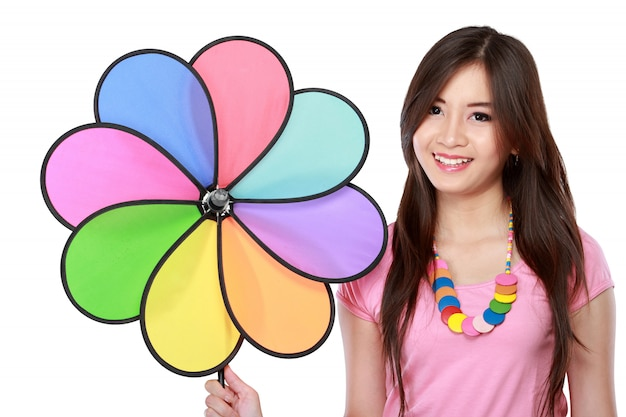 Jeune femme asiatique avec moulin à vent coloré