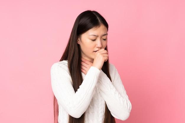 Jeune femme asiatique sur le mur tousse beaucoup
