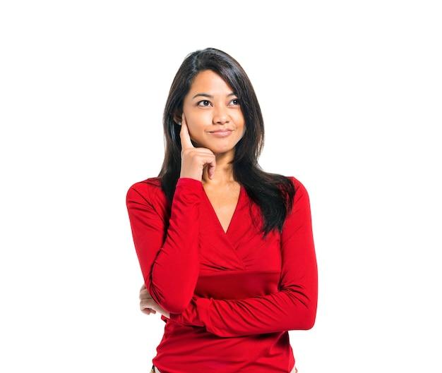 Jeune femme asiatique occasionnelle pensant