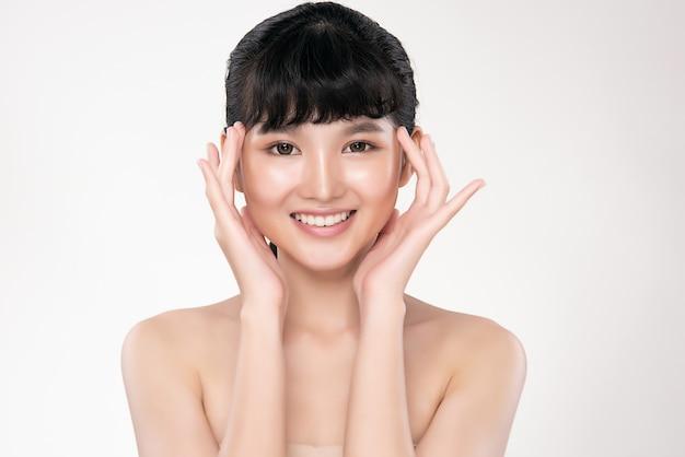 Jeune femme asiatique avec une peau propre et fraîche