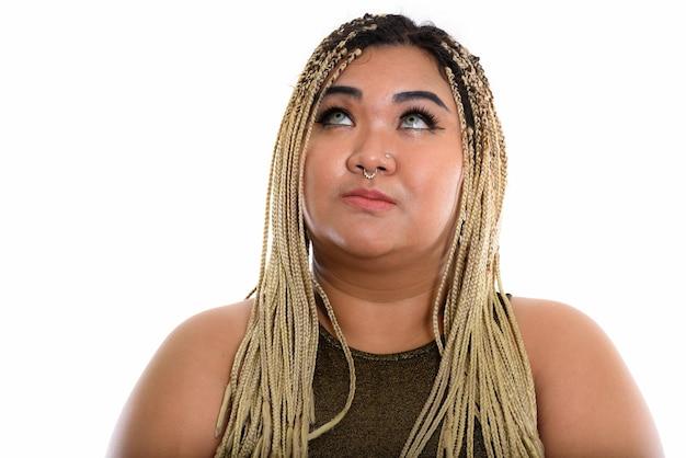 Jeune femme asiatique pensant en levant