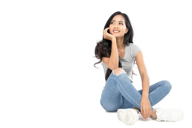 Jeune femme asiatique pensant