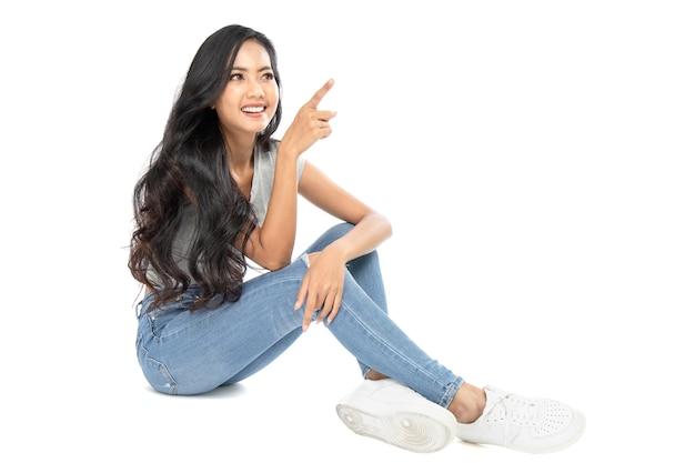 Jeune femme asiatique, pointage, doigts, côté