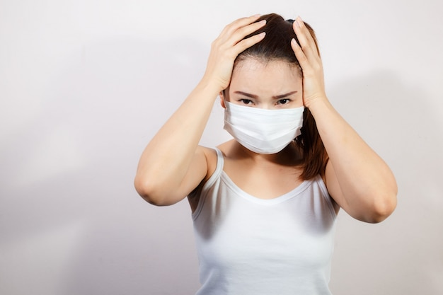 Jeune femme asiatique portant un masque pour prévenir les germes