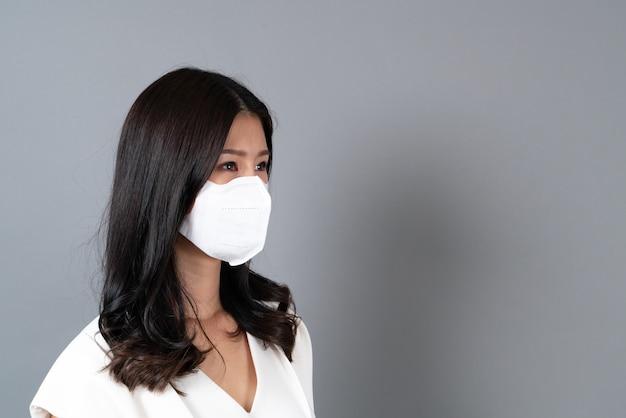 Jeune femme asiatique portant un masque pour protéger le coronavirus (covid-19)