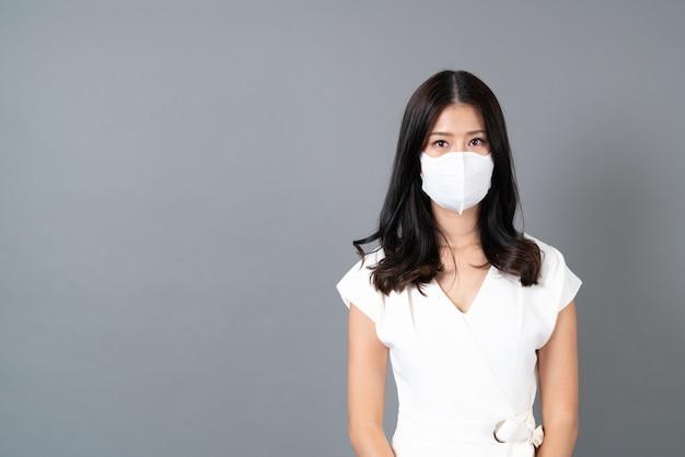 Jeune femme asiatique portant un masque pour protéger le virus corona (covid-19)