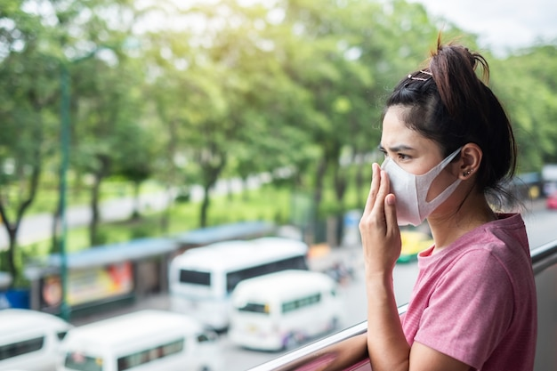 Jeune femme asiatique portant un masque respiratoire protéger et filtrer