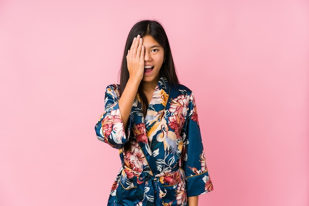Jeune femme asiatique portant un pyjama kimono
