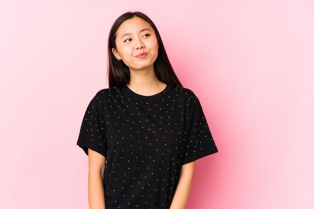 Jeune femme asiatique portant des vêtements élégants, rêvant d'atteindre les buts et objectifs