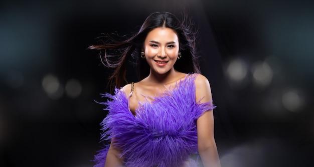 Jeune femme asiatique porte une robe de bal en paillettes