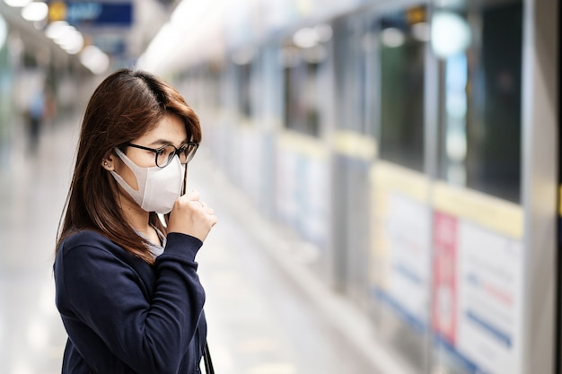 Jeune, femme asiatique, porter, masque chirurgical