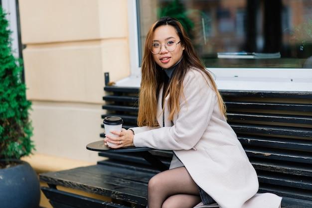 Jeune femme asiatique, portrait de visage triste en ville le soir