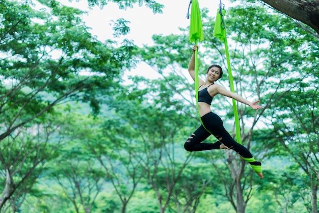 Jeune femme asiatique pratiquant le yoga ensemble