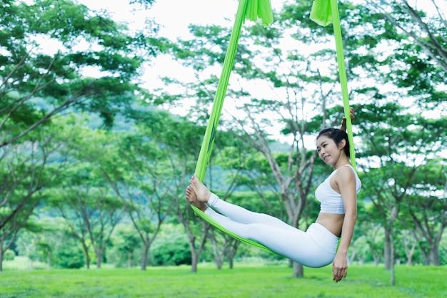 Jeune femme asiatique pratique le yoga ensemble