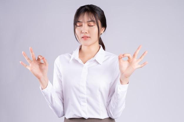 Jeune femme asiatique prenant de grandes respirations pour rester calme