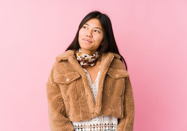 Jeune femme asiatique rêvant d'atteindre des buts et objectifs