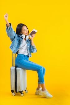 Jeune, femme asiatique, à, sac bagages, et, passeport