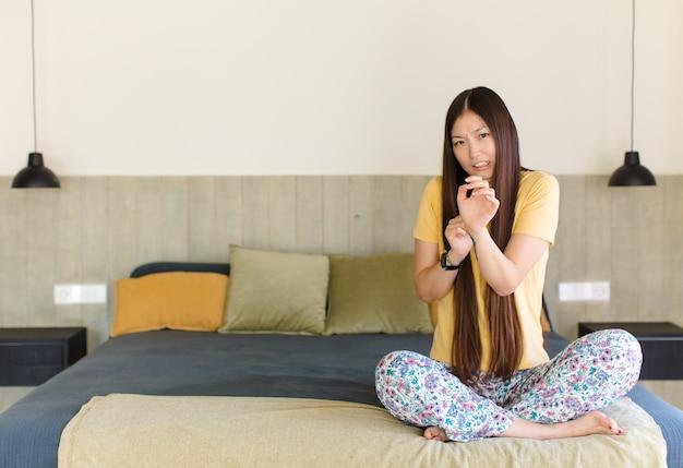 Jeune femme asiatique se sentant dégoûtée et nauséeuse, s'éloignant de quelque chose de méchant, malodorant ou puant, disant beurk