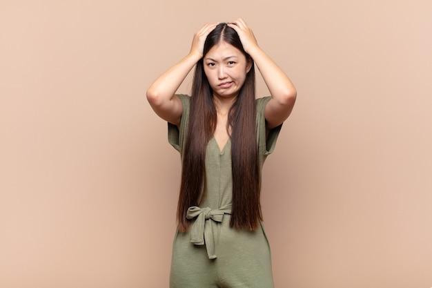 Jeune femme asiatique se sentant frustrée et ennuyée, malade et fatiguée de l'échec, marre des tâches ennuyeuses et ennuyeuses