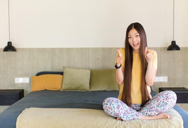 Jeune femme asiatique se sentant heureuse, étonnée, chanceuse et surprise, comme dire omg sérieusement? incroyable