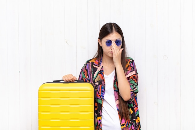 Jeune femme asiatique se sentant inquiète, pleine d'espoir et religieuse, priant fidèlement avec les paumes pressées, implorant pardon. concept de vacances