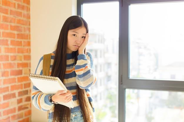 Jeune femme asiatique se sentir ennuyé