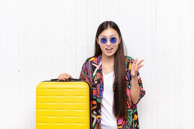 Jeune femme asiatique se sentir heureuse, étonnée, chanceuse et surprise