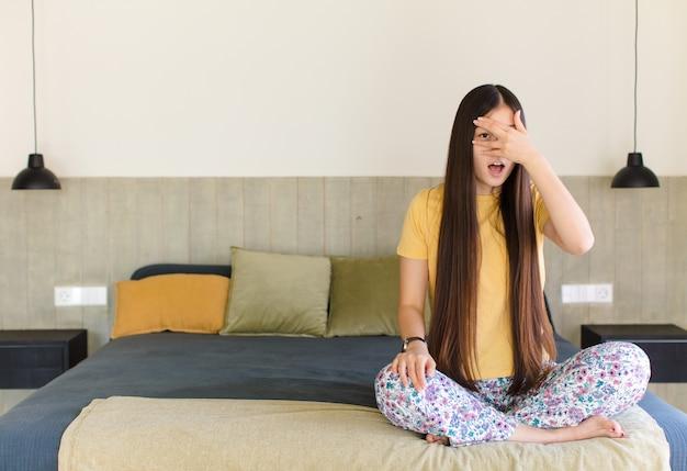 Jeune femme asiatique se sentir surpris et fier